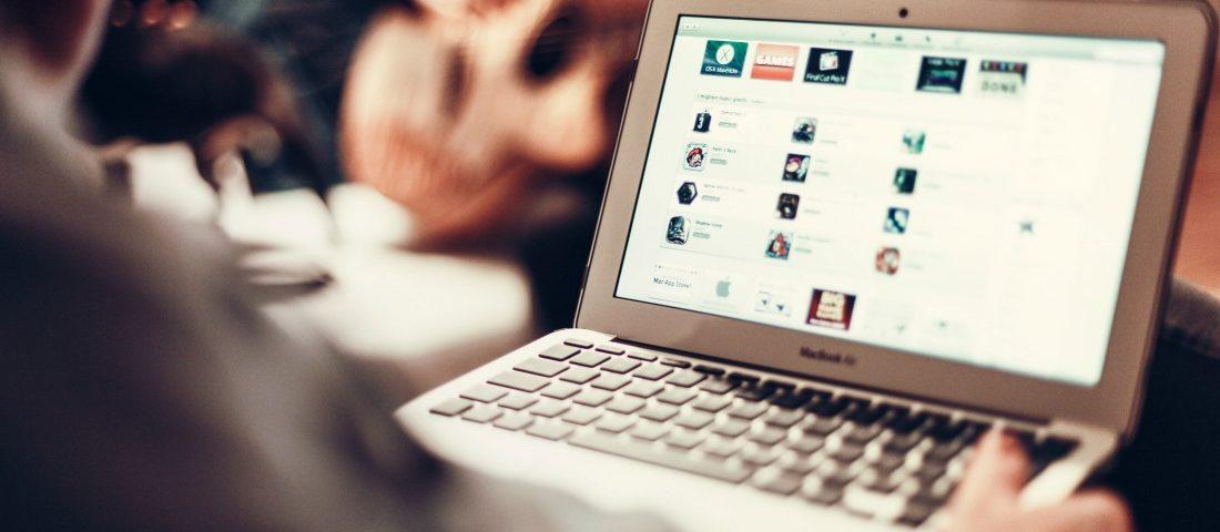 איש עסקים גולש באתר אינטרנט