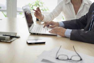 לקוח ומעצב מתכננים את אפיון האתר