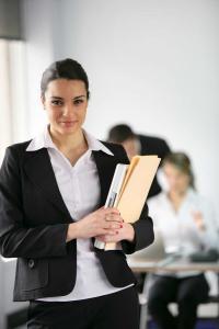 אשת עסקים עם מסמכים