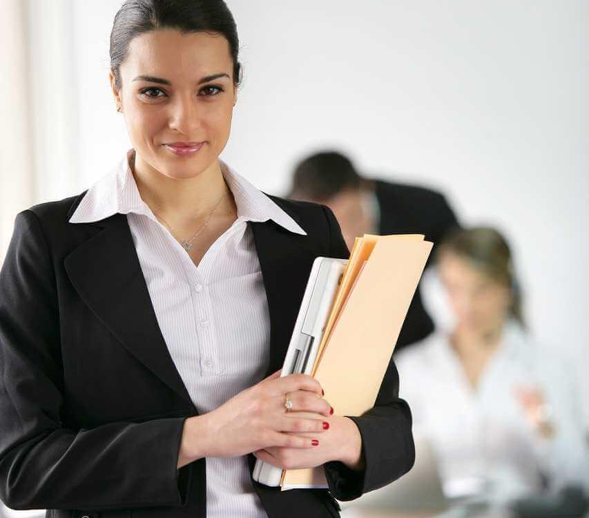 עורכת דין עם מסמכים