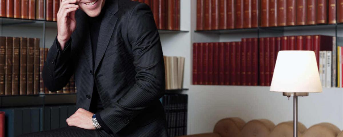 איש עסקים ברקע ספרים