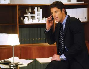 איש עסקים בטלפון על רקע ספרים